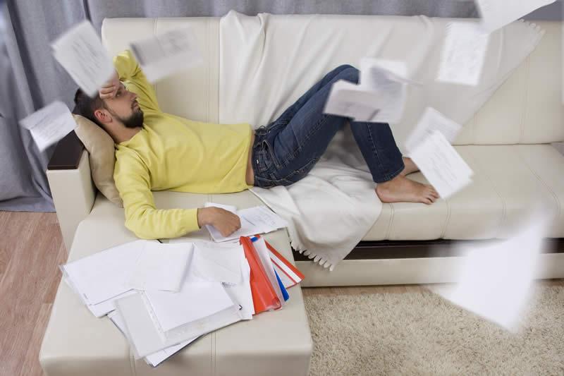 Imagem de homem sem motivação para estudar