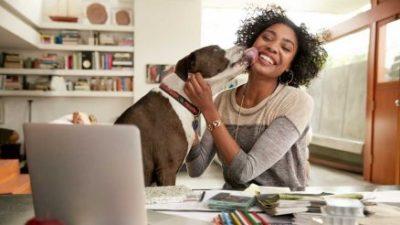 mulher recebendo carinho do seu cachorro