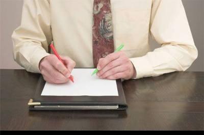 homem ambidestro escrevendo