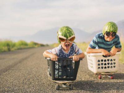 pai e filho descendo a ladeira em carrinho de supermercado
