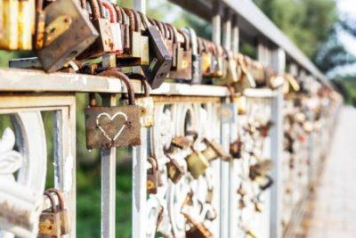 cadeados presos em ponte na França