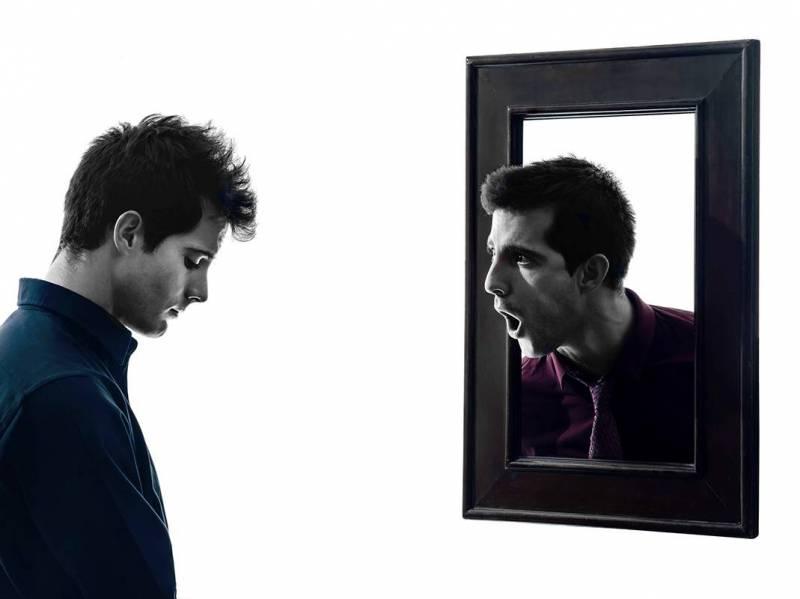Homem buscando autoestima alta se olhando no espelho