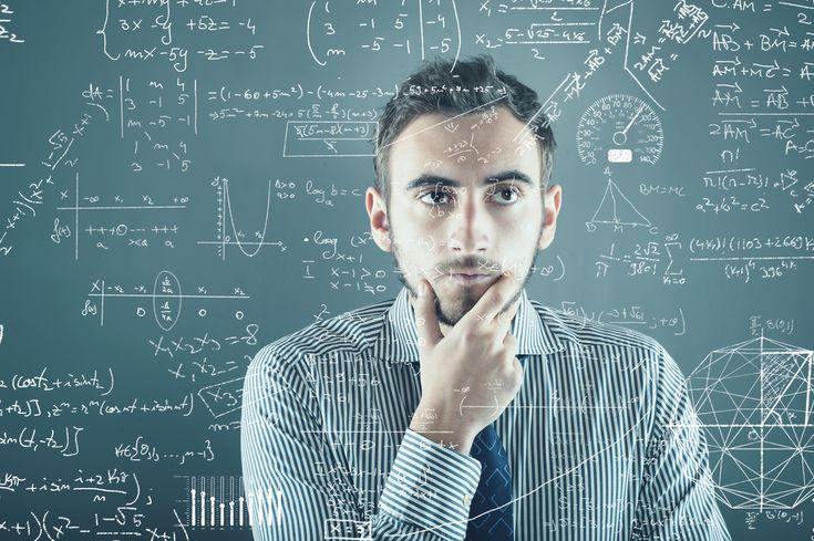 homem pensativo com matérias para estudar.