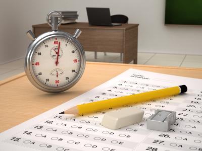 relógio sobre a mesa do gabarito da prova
