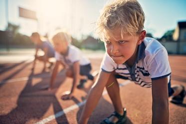 garoto com olhar focado na competição