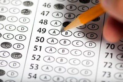 lapis escrevendo no gabarito da prova de concurso