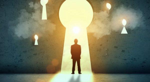 homem diante de fechaduras e oportunidades de crenças