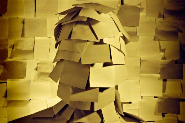 Imagem de rosto coberto por anotações da memória e lembranças