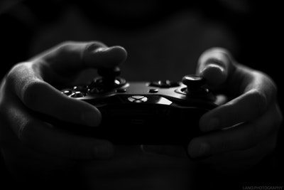 controle de video game sendo manipulado por mãos