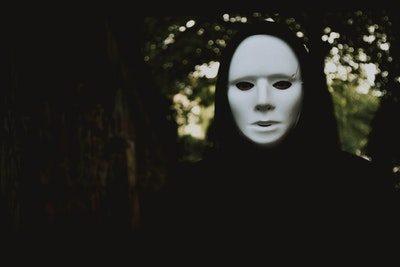 pessoa com mascara sem emoções