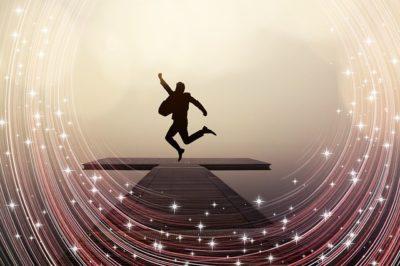 Pessoa pulando de alegria por ter sucesso
