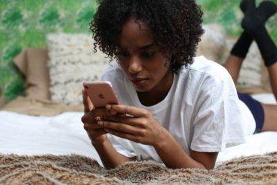 moça digitando ao celular