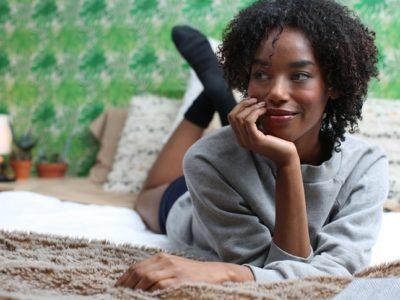 moça sorrindo confiante após fazer as pazes