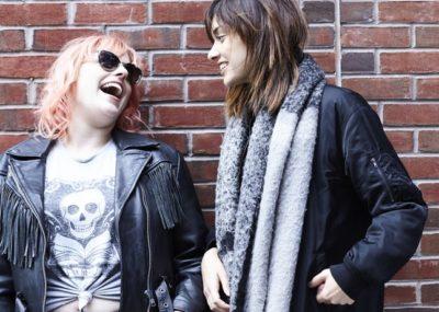 2 moças dando risada juntas