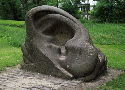 escultura de ouvido de pedra