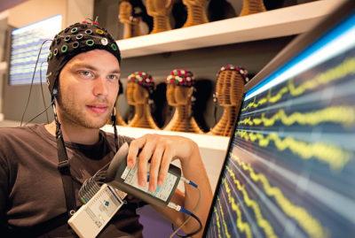 homem com eletrodos no cérebro para o teste de recordação