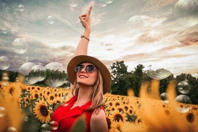 mulher curtindo a natureza e sorrindo