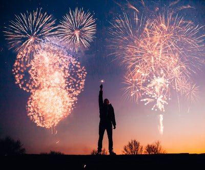 homem soltando fogos comemorando o que tem