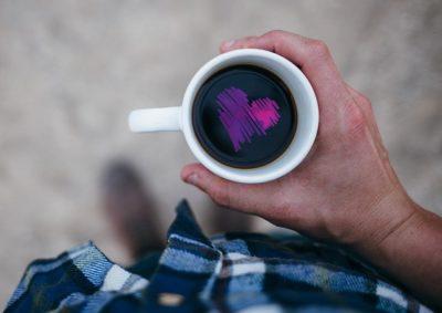 pessoa vendo desenvolvimento pessoal em uma xícara de café