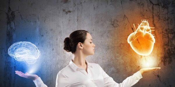mulher com inteligencia emocional e intelectual equilibrando com as mãos