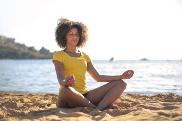 mulher meditando com pernas cruzadas