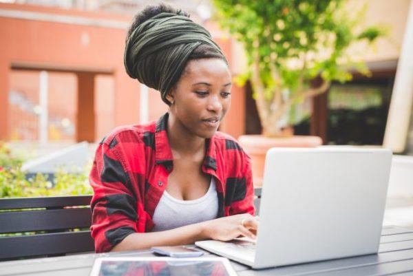mulher trabalhando no computador ao ar livre