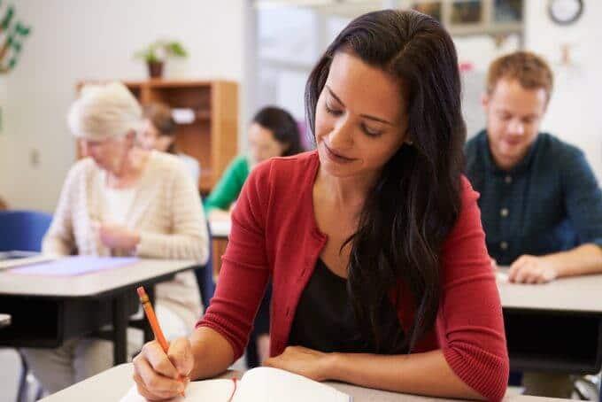mulher estudando e escrevendo