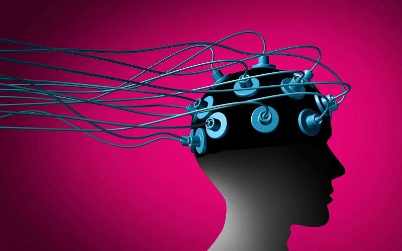 cranio humano com eletrodos