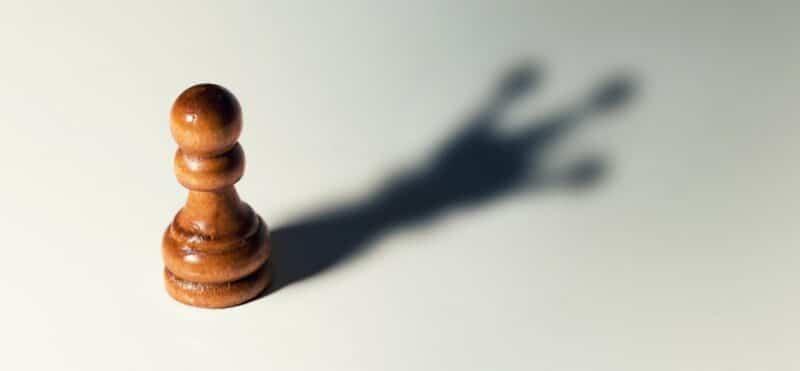 peão de xadrez com sombra de rei