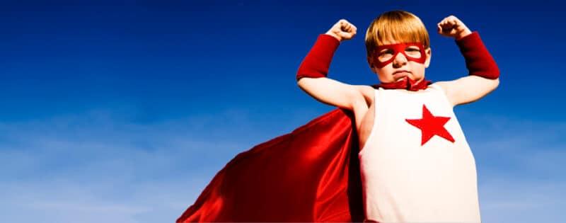 criança se exibindo com roupa de heroi