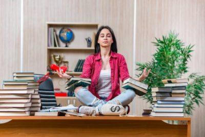 estudante meditando antes de memorizar os estudos