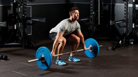 homem levantando peso e treinando