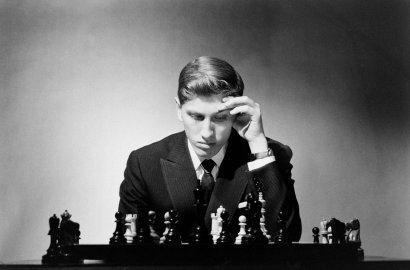 homem concentrado jogando xadrez