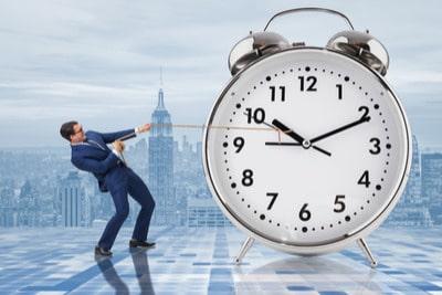 homem segurando ponteiro do relógio