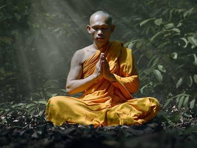 monge praticando meditação