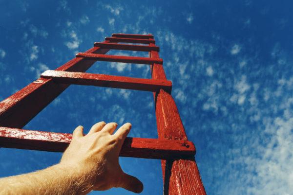 escada sendo subida até o céu