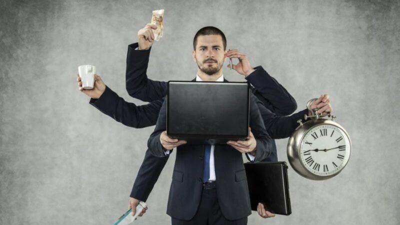 homem realizando multitarefas