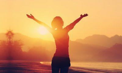 mulher agraciando o por do Sol