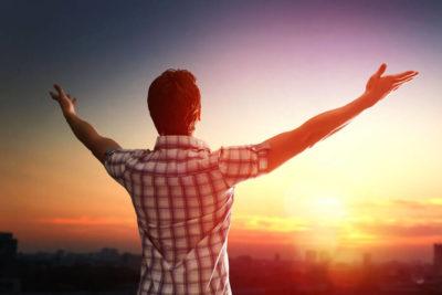 pessoa abrindo os braços em forma de gratidão