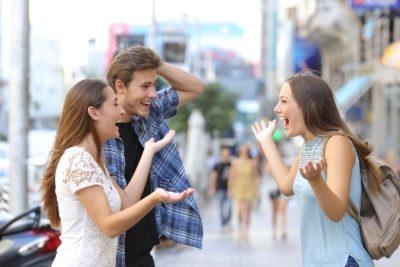 pessoas se comunicando de forma agradável
