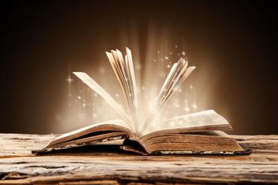 livro aberto e iluminado