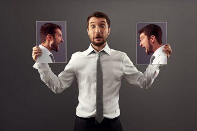 pessoa espantada entre duas imagens dele mesmo