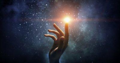 dedo tocando estrelas no universo