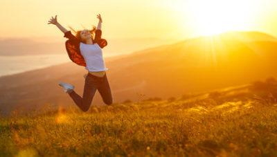 pessoa saltando de felicidade