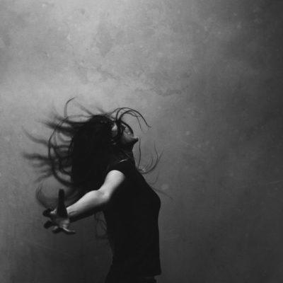 mulher atormentada por crise existencial