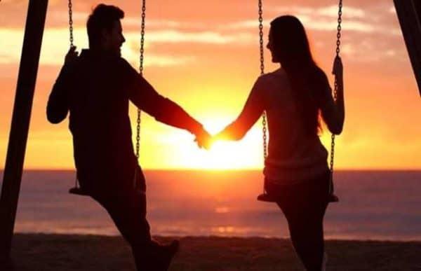 casal no balance de mãos dadas