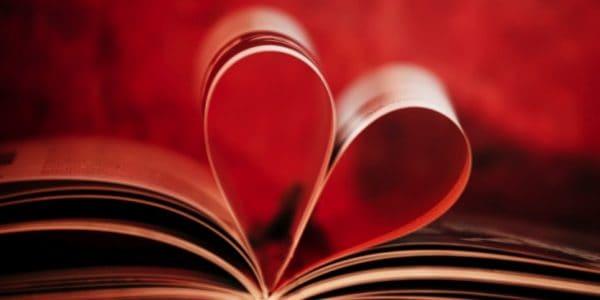 Folhas de um livro dobradas formando um coração