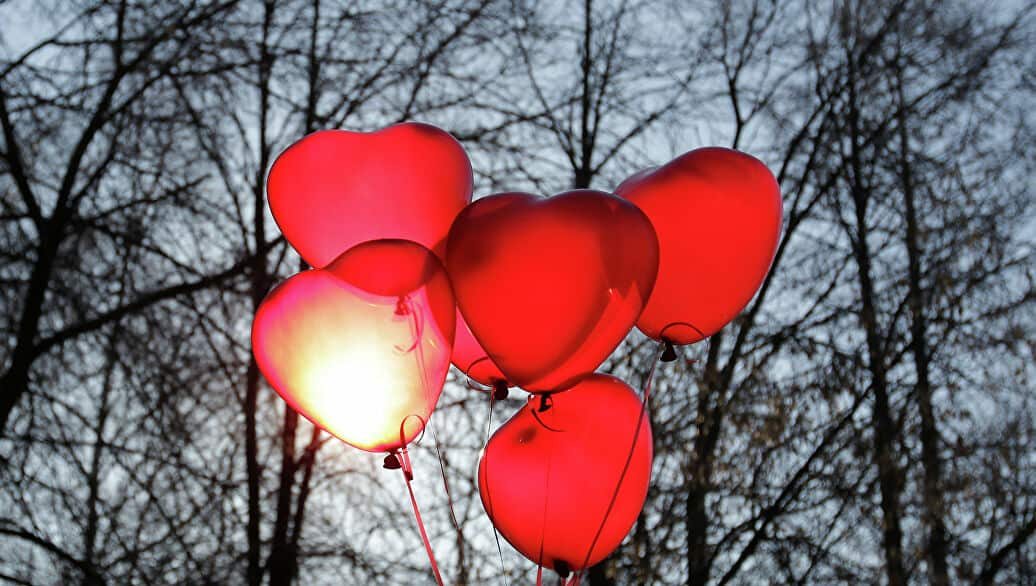 balões de coração flutuando simbolizando muito amor