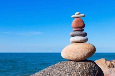 pedras empilhadas de forma sinérgica